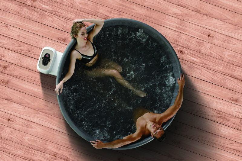 Mann og dame i massasjebad