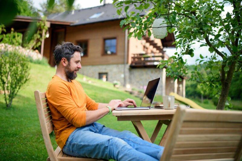 mann sitter på PC hjemme